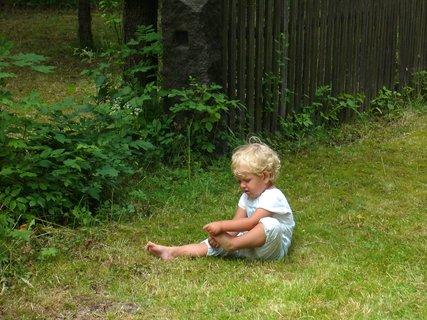 FOTKA -  v přírodě-čištění nohy