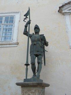 FOTKA - zámek Vranov nad Dyjí, socha na nádvoří