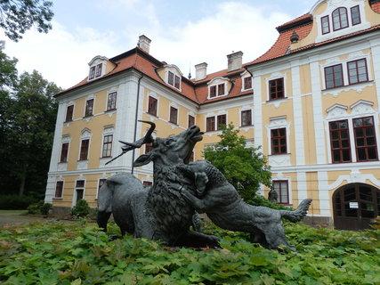FOTKA - Před hlavním průčelím zámku v Chlumu u Třeboně je plastika jelena štvaného psy