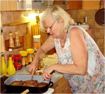 FOTKA - nedělní večeře-26.8.- kotlety na minutku a pečený brambory v troubě s oblohou