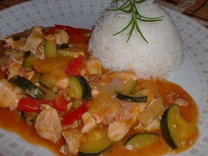 FOTKA - Minutkový kuřecí guláš s letní zeleninou