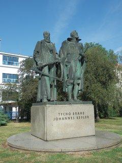 FOTKA - Tycho de Brahe a Johannes Kepler - Praha-Pohořelec; před budovou gymnazia Jana Keplera