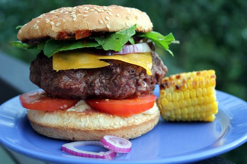 FOTKA - Domácí hovězí hamburger s bylinkovým máslem