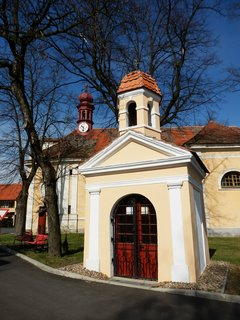 FOTKA - kaplička u kostela  v Panenském Týnci