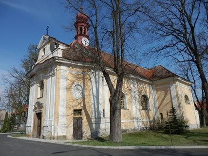 FOTKA - u kostela  * v Panenském Týnci