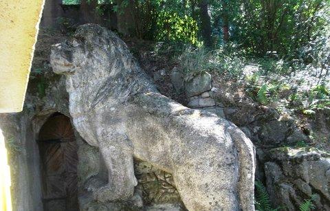 FOTKA - Lev hlídá jeskyni Blanických rytířů