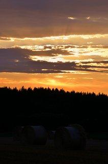FOTKA - Balíky slámy při západu slunce