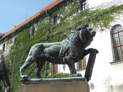 FOTKA - plastika lva na nádvoří u Strahovského kláštera od Bohumila Kafky, Praha