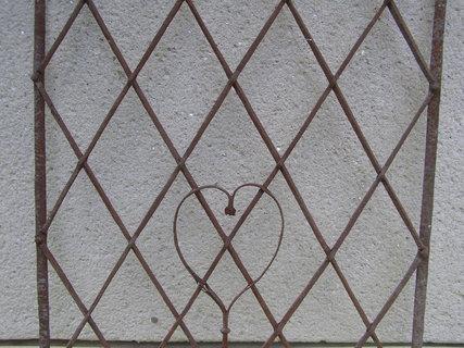 FOTKA - mříž se srdíčkem