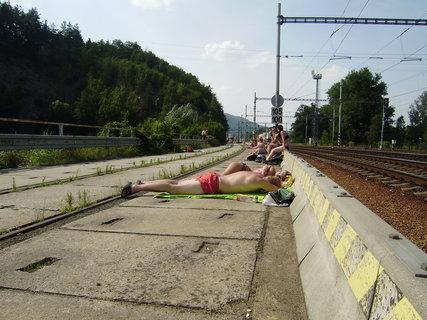 FOTKA - Takhle se v Blansku opaluje na kolejích v lomu 2