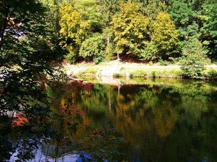 FOTKA - procházka 28.9.2012, Dolnomlýnský rybník, odrazy na hladině