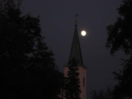 FOTKA - Měsíc vykukuje za kostelem