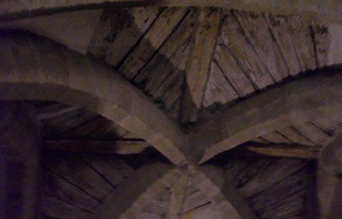 FOTKA - Třebíč - v Bazilice,strop ve sklepení,ukázka původního klenutí