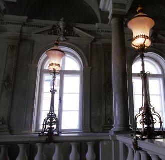 FOTKA - V Tovačově,krásné lustry na zámku