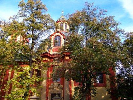 FOTKA - Kunratický kostel mezi podzimními stromy...