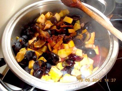 FOTKA - vaření povidel- jablka, švestky a dýně dohromady, je to vynikající chuťově