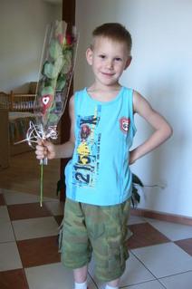 FOTKA - Daneček mi předává kytičku