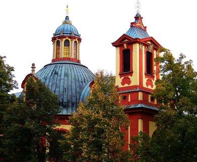 FOTKA - Kunratický kostel mezi barvícími se stromy..