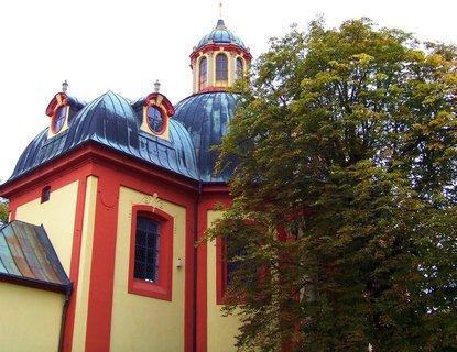 FOTKA - kostel se starým kaštanem...