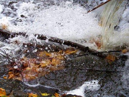 FOTKA - 12.10.12, voda ze splavu dopadající na dno...