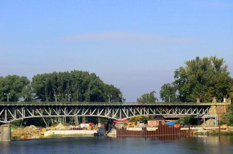 FOTKA - Pod mostem, na jezu se staví hydroelektrárna