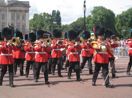 FOTKA - Střídání stráží u Buckinghamského paláce