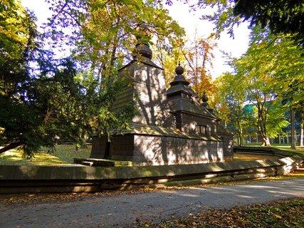 FOTKA - dřevěný pravoslavný kostelíček v Jiráskových sadech