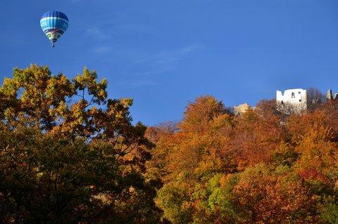 FOTKA - Balón nad hradem Hukvaldy