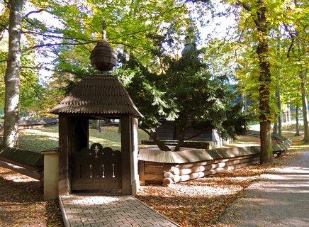 FOTKA - stylová branka k pravoslavnému kostelíku v Jiráskových sadech