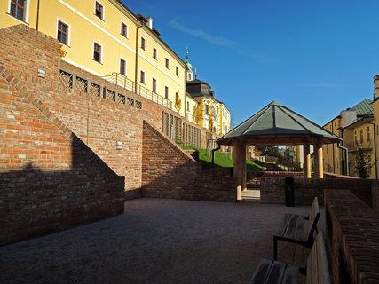 FOTKA - obnovené terasy jsou prosté, hlavní ozdobou jsou zdi  terasy, kašny a příjemné posezení