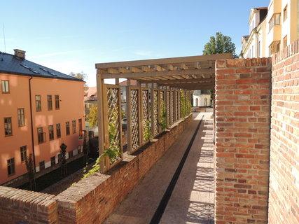 FOTKA - část teras je překrytá hezkou pergolou