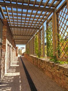 FOTKA - pr�chod pod pergolou na restaurovan�ch teras�ch