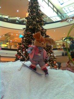 FOTKA - 14.11.2012 - vánoční výzdoba Arkády Praha, zajíček u stromku
