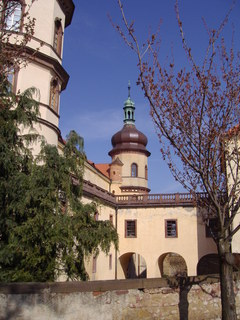 FOTKA - pro srovnání jak to vypadalo na jaře - Kostelec nad Černými Lesy, zámek