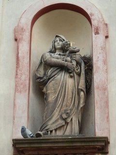 FOTKA - povšimněte si hnízda za sochou (kostel sv. Andělů strážných)