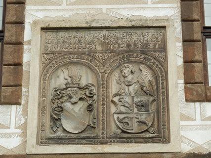 FOTKA - erby nad bránou do zámku v Kostelci nad Černými lesy