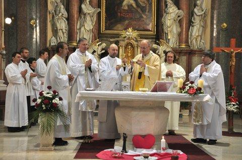 FOTKA - Mši k 20 letům Charity celebroval olom.arcibiskup Jan Graubner