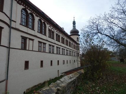 FOTKA -  zámek zezadu - v Kostelci nad Černými lesy