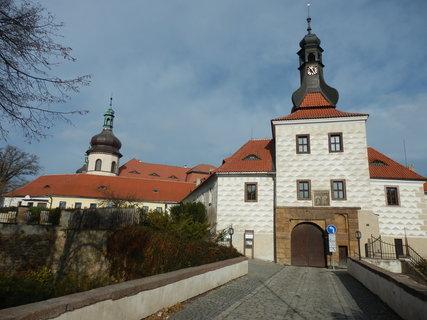 FOTKA - příchod do areálu zámku -  - Kostelec nad Černými lesy