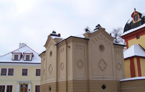 FOTKA - 13.12.2012, budova za kostelem je hrobka a dům vedle je církevní budova
