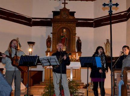 FOTKA - Vánoční koncert v úžasném kostelíku ve Velinách za doprovodu kapely Elixír
