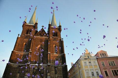 FOTKA - S �sm�vem vypust�me balonky s p��n�m Je��kovi