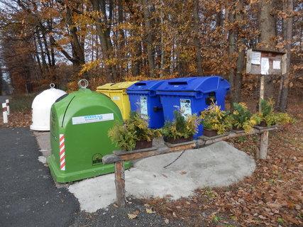 FOTKA - i okolí odpadních nádob může být hezky upravené :-)