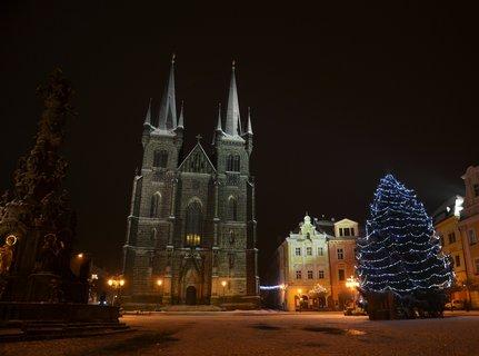 FOTKA - Vánoční náměstí v Chrudimi z kostela zněla nádherná hudba