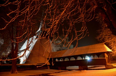FOTKA - Dřevěný kostel se sněhovou peřinkou v Kočí na Chrudimsku