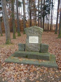 FOTKA - pomníček u lesa