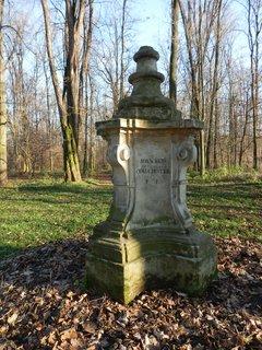 FOTKA - pomník Richarda van der Schotta, který byl hlavním tvůrcem veltruského parku.