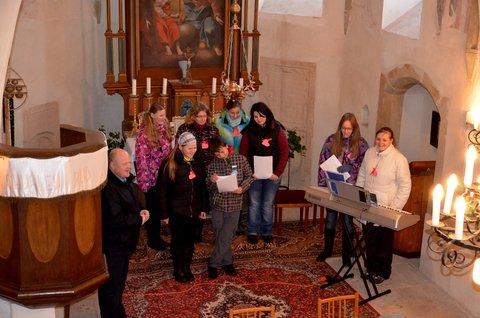 FOTKA - Vánoční zpívání v malé vesnické kapličce