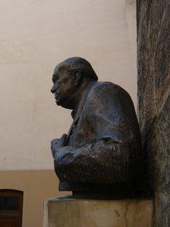 FOTKA - busta předsedy vlády Velké Británie v době druhé světové války Winstona Churchilla -Thunovská ul. Praha