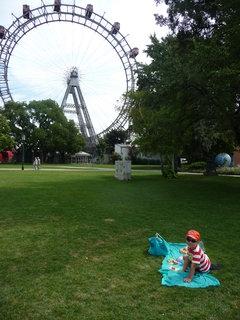 FOTKA - Snídaně v trávě:-)...v parku u Prateru